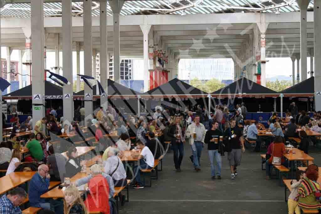 Mesas y bancos de alquiler para eventos